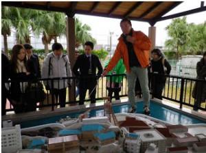 端島の模型で接岸部を説明するガイドさん